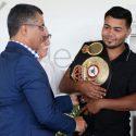 Jesús Rojas recibió su faja de campeón AMB